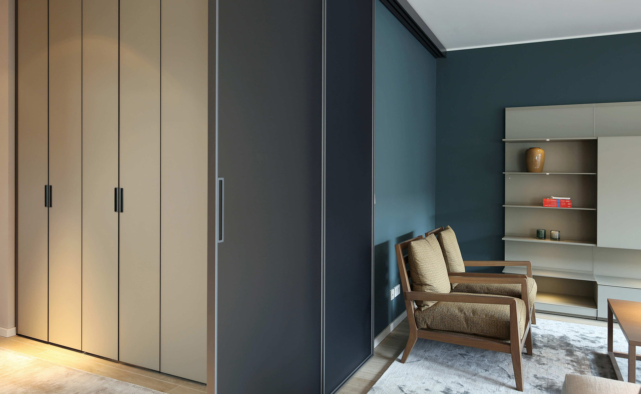 brillant interiors Interior Designer Berlin Mitte Private Rooms Room-high sliding panels out of glass from Rimadesio create space and cozyness.