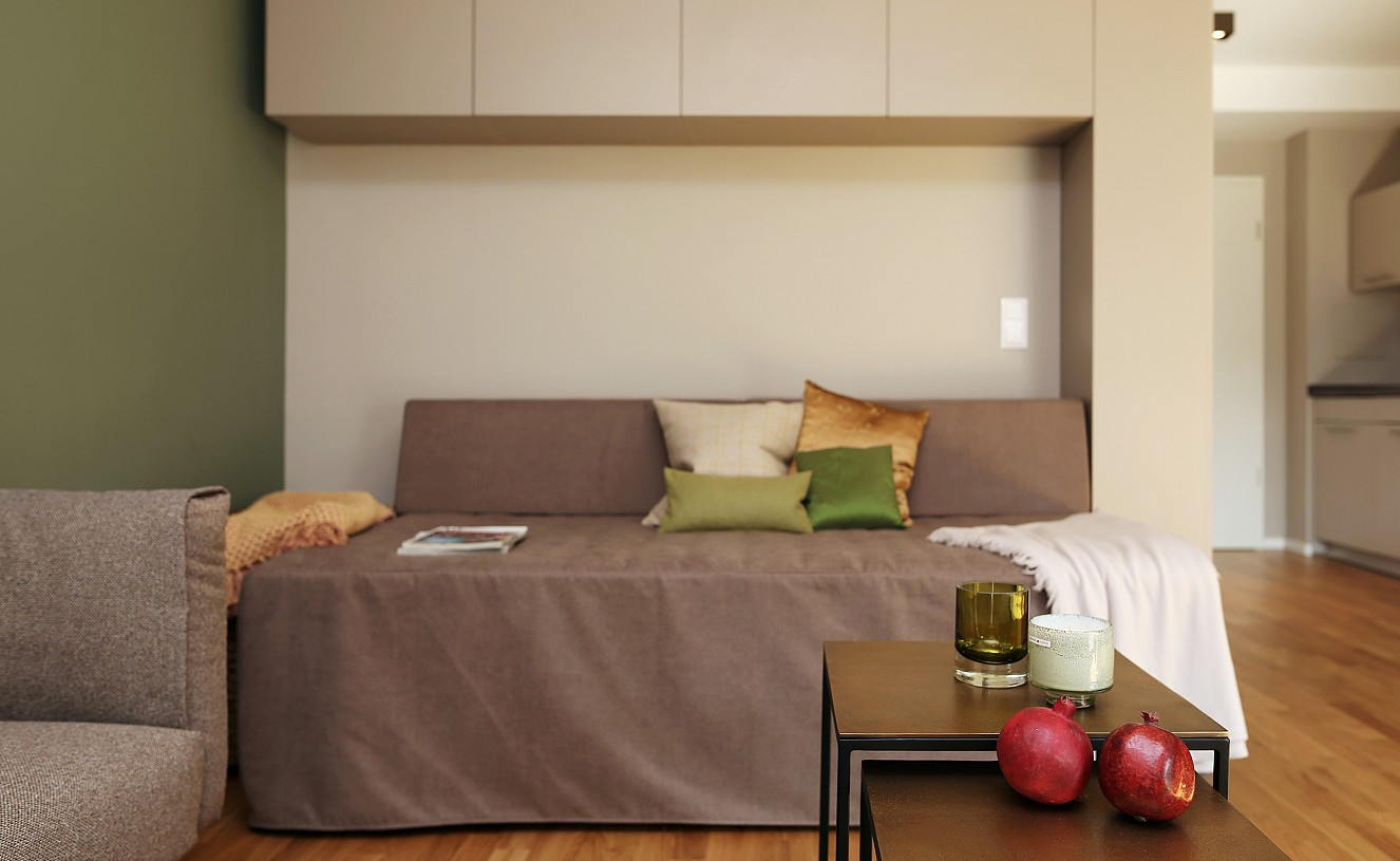 brillant interiors Innenarchitekt Berlin Mitte private Räume Microapartments Komfort auf kleinstem Raum: German Boxspringbett unter italienischem Einbauschrank