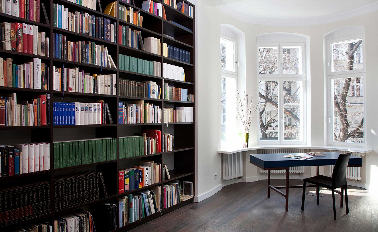 brillant interiors Interior Designer Berlin Mitte Private Rooms In the working space of the owner: desk from Lema and customised bookshelves made of smoked oak.